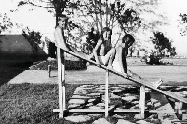 Sur le toboggan de la villa d'Auschwitz, Inge-Brigitt, entre ses deux aînés, son frère Klaus et sa soeur Heidetraud.