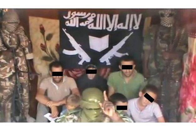 Premières images de la famille Moulin-Fournier encadrée par trois de ses ravisseurs qui se revendiquent du groupe nigérian Boko Haram. Au fond, de g. à dr., Tanguy, Albane, contrainte de porter le voile, et Cyril. Devant, les enfants. La vidéo a été postée sur le Net par les terroristes lundi après-midi, près d'une semaine après le rapt.