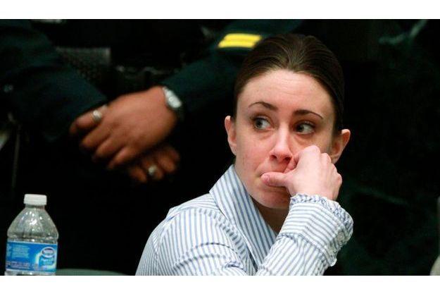 Casey Anthony lundi, juste après le départ des jurés vers la salle de délibération.