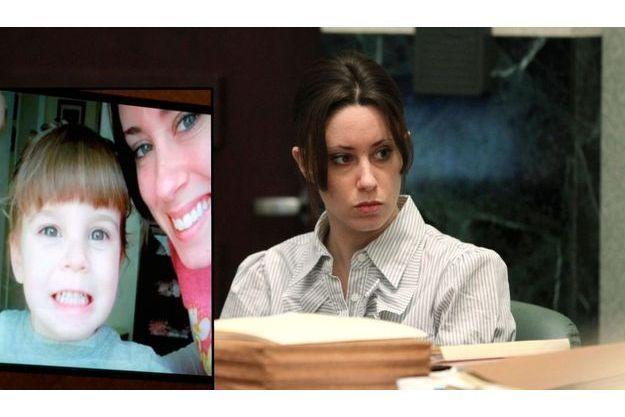 Casey Anthony lors de son procès, en mai dernier. En médaillon, une photo d'elle et sa fille Caylee diffusée lors d'une audience.