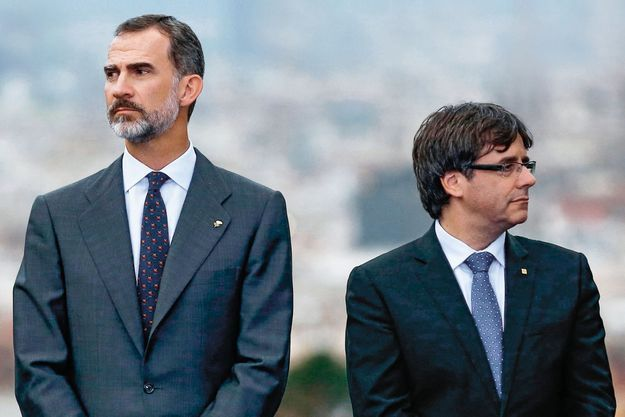 Un ange passe… Le roi Felipe (à g.) et Carles Puigdemont, alors président catalan, à une cérémonie d'anniversaire des Jeux olympiques de Barcelone, le 25 juillet.