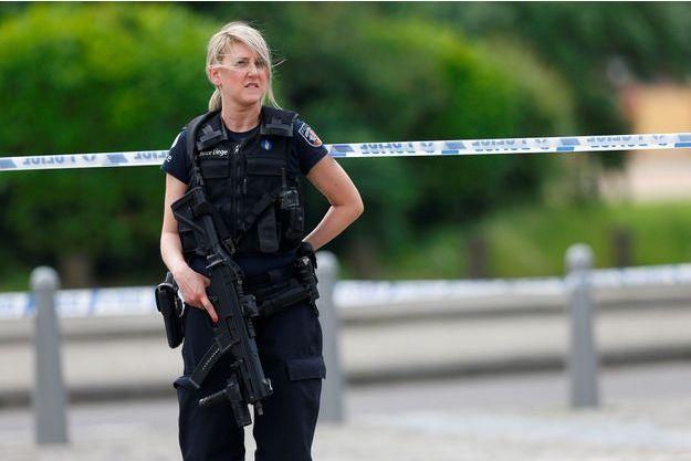 Une policière sur le lieu de l'attaque, à Liège.