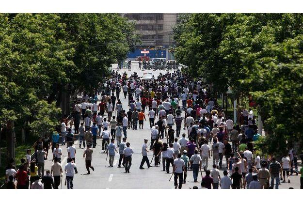 Les Hans, armés de batons, descendent dans les rues d'Urumqi