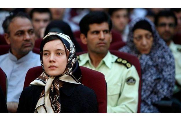 Ce foulard, ses vêtements civils, tout ceci n'était qu'une mise en scène destinée à rassurer l'opinion, raconte l'ex-détenue.