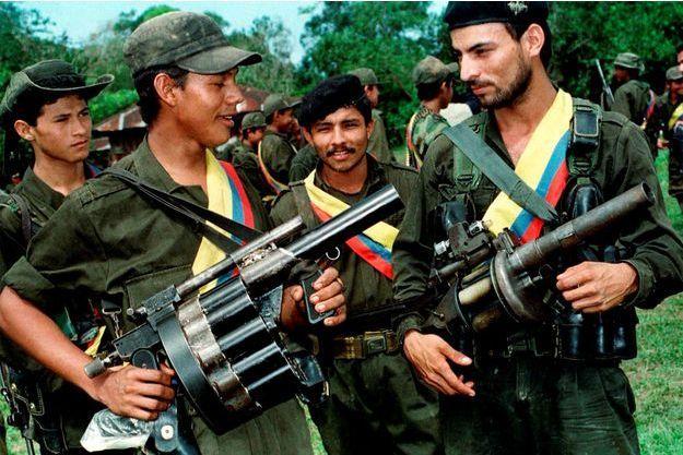 Des combattants des Farc posent sur cette photo datant de 1998