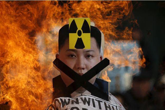 Une image de Kim Jong-un est brûlée lors d'une manifestation à Séoul.