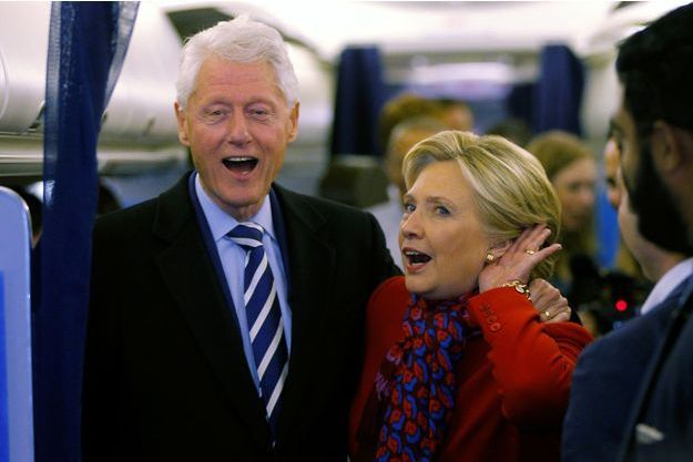 Bill et Hillary Clinton à bord de l'avion de campagne, le 7 novembre 2016.