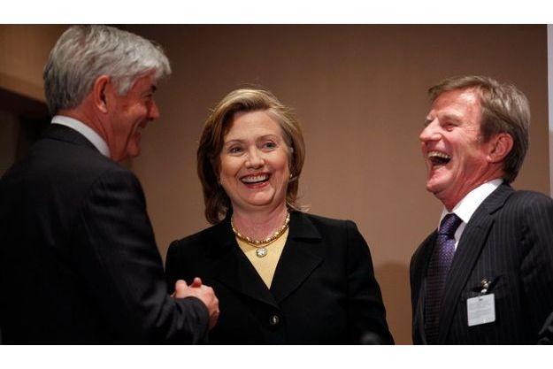 Le ministre canadien des Affaires étrangères, Lawrence Cannon, Hillary Clinton et Bernard Kouchner. Le Canada, les Etats-Unis et l'Union européenne font partie des gros contributeurs.