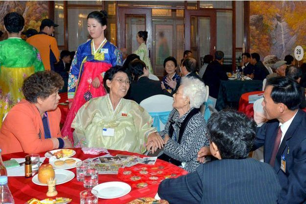 Retrouvailles entre familles coréennes en octobre 2015, dans un hôtel des monts Kumgangsan.