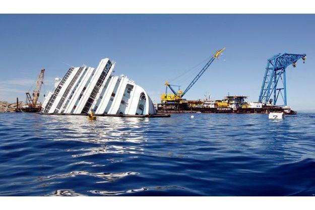 L'épave du Costa Concordia se trouve toujours dans la baie du Giglio.