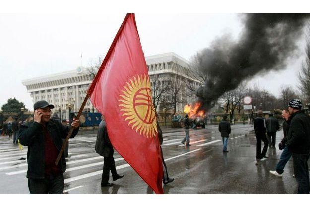 Manifestations devant le palais présidentiel à Bichkek.