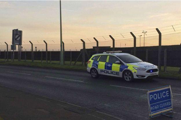 Une voiture de police devant la base militaire de Mildenhall.