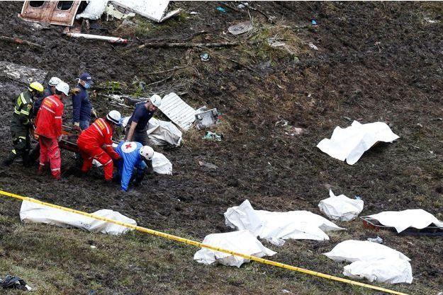 Sur les lieux de la catastrophe, les corps des victimes.