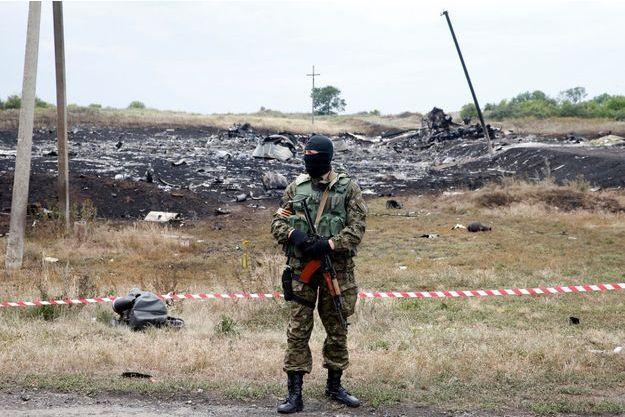 Un combattant pro-russe, devant le lieu du crash du MH17