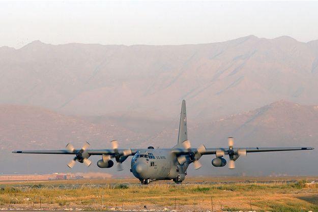 Un avion de transport militaire américain C-130.