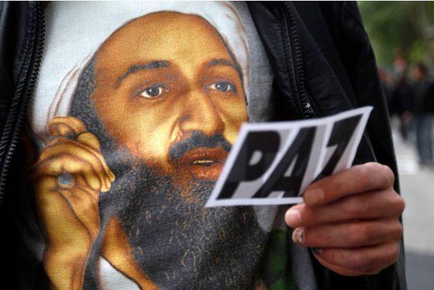 Un homme revêtu d'un tee-shirt à l'effigie de Ben Laden pendant une manifestation contre l'OTAN en novembre 2010.
