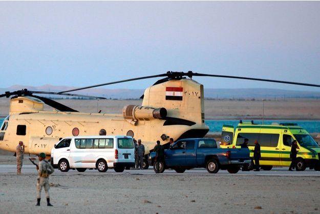 Des soldats égyptiens et les secours transportent les corps des victimes du crash.