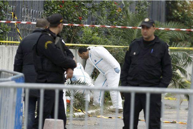 Pendant ce temps, l'enquête sur cet attentat-suicide qui a frappé un bus de la garde présidentielle se poursuit à Tunis.