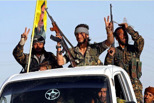 Des soldats des Forces démocratiques syriennes à Raqa, célèbrent leur victoire.
