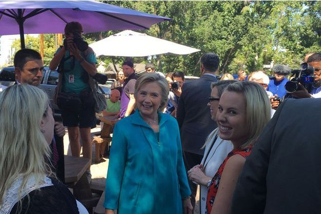 Hillary Clinton en visite surprise au café Hub Coffee Roaster à Reno, dans le Nevada, après son meeting