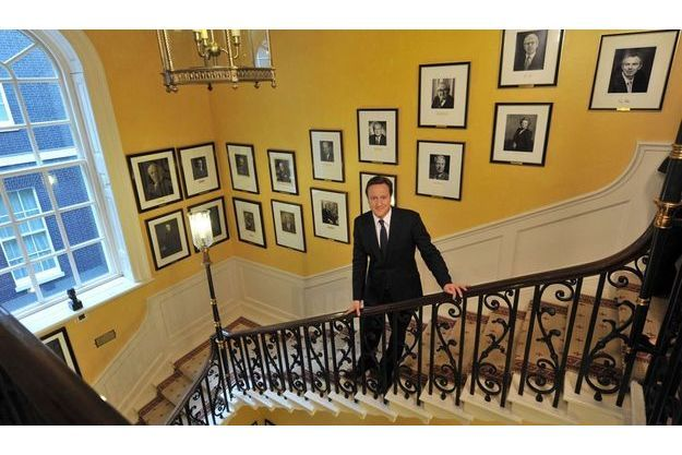 Dans l'escalier de sa résidence, les portraits des anciens Premiers ministres britanniques