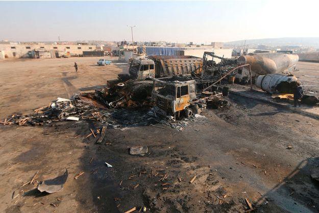 Un entrepôt de camion détruit après des frappes probablement russes au nord de la Syrie.