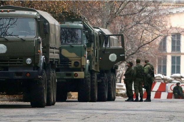Des troupes sont stationnées près d'un bâtiment officiel de Donetsk, dans l'Est ukrainien.
