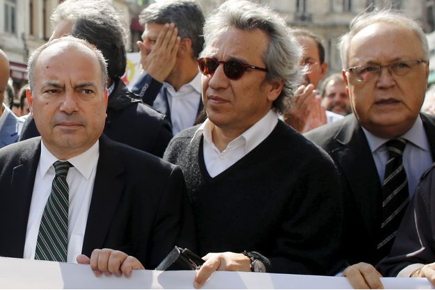 Can Dündar, au centre, a été mis en examen, une semaine après avoir été récompensé par Reporters sans frontières.