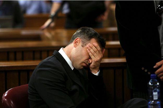 Oscar Pistorius, effrondré lors d'une audience à la Haute Court de Pretoria.