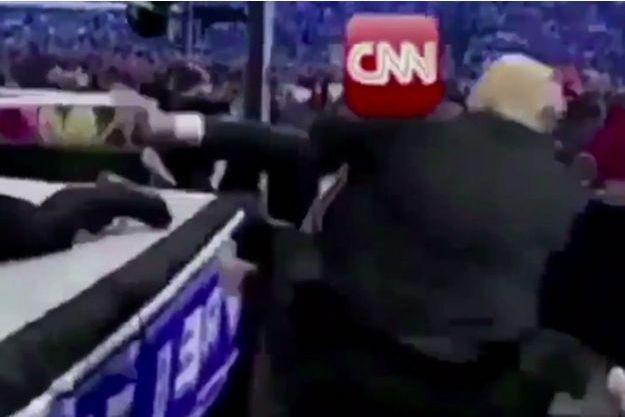 Dans cette vidéo arrangée, Trump roue de coups un homme affublé du logo CNN.