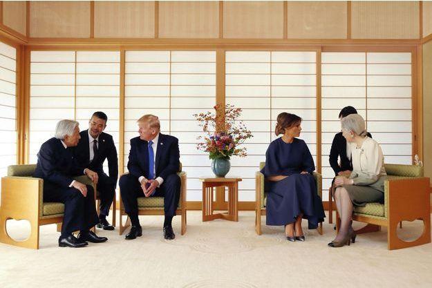 Donald et Melania Trump avec l'empereur Akihito et l'impératrice Michiko, à Tokyo, lundi 6 novembre. Le couple présidentiel est en voyage officiel de douze jours en Asie.