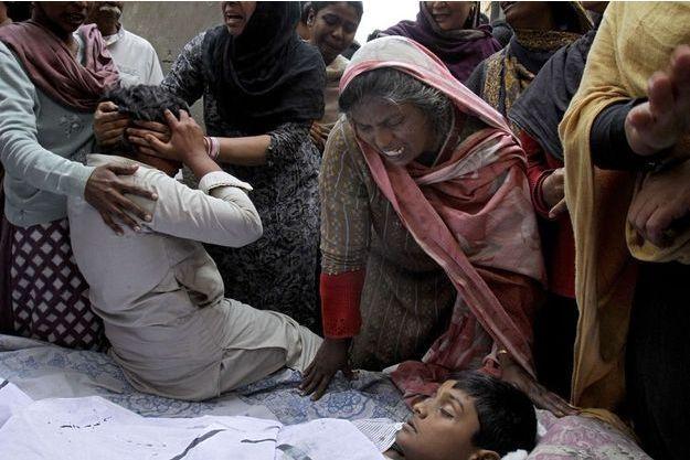Une mère pleure son fils, mort lors de l'attentat de dimanche au Pakistan.