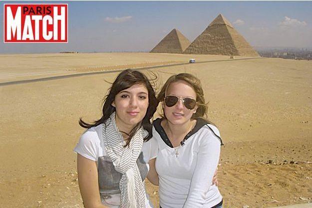 Deux lycéennes de Levallois-Perret devant les pyramides de Kheops et de Khephren, le 22février2009. Cécile (à g.) trouvera la mort quelques heures plus tard aux abords du souk de Khan el-Khalili. Son amie Mélanie fera partie des 24 blessés.