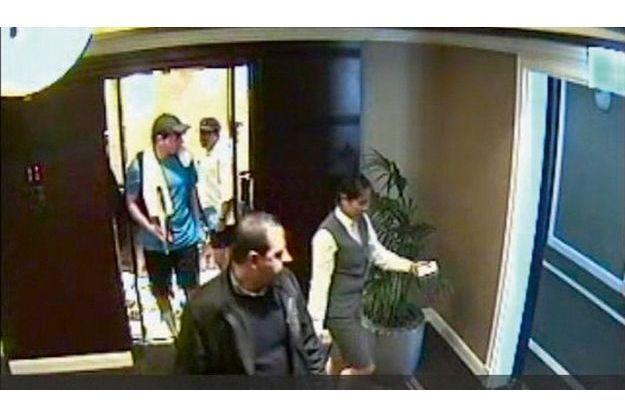19janvier, 15h30 Mahmoud Al-Mabhouh, au premier  plan, est suivi jusqu'à sa chambre, au deuxième étage de l'hôtel Al-Bustan Rotana, par deux espions habillés en tennismen. Le commando était instruit des moindres déplacements de sa cible.