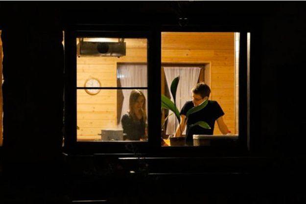 """Edward Snowden avec sa petite amie Lindsay à Moscou, sur une image tirée de """"Citizenfour""""."""