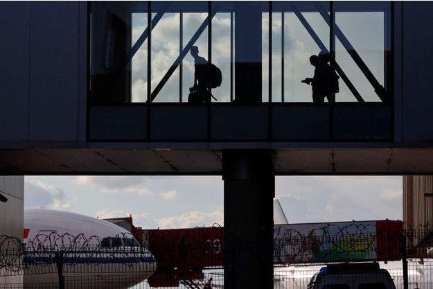 Edward Snowden a quitté l'aéroport de Moscou en déjouant une fois de plus l'attention des médias.
