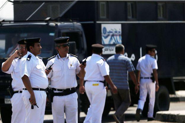 Le personnel de sécurité de l'aéroport du Caire ce jeudi.