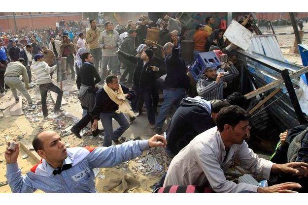 Scènes de guérilla urbaine entre pro et anti-Moubarak hier place Tahrir.