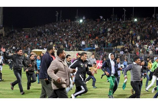 Les supporters envahissent le terrain, dans le stade de Port-Saïd, mercredi.
