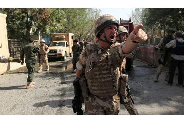 Stupeur et chaos. Juste après l'explosion, un soldat de la coalition hurle les consignes de sécurité. Les 270 kilos d'explosifs ont soufflé les vitres des voitures et les branches d'arbres sur 200 mètres à la ronde.