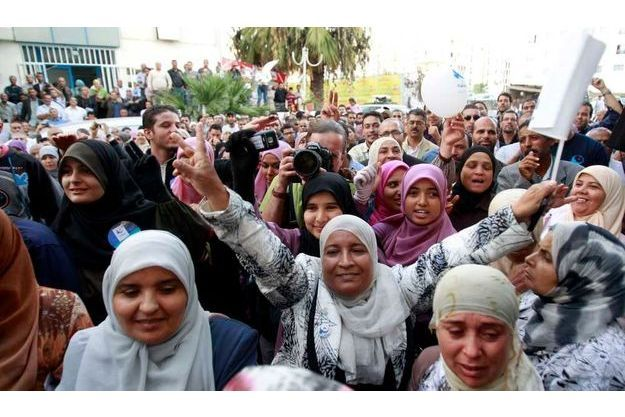 Des partisans du parti Ennahda manifestent leur joie à Tunis.