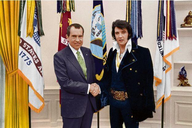 A la Maison-Blanche, le 21décembre 1970, Elvis et Nixon dans leur costume de fonction.