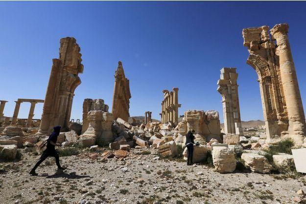 Des journalistes sur le site historique de Palmyre, en Syrie.