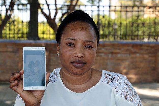Bahoumou Totopa montrant une photo d'elle et son fils.
