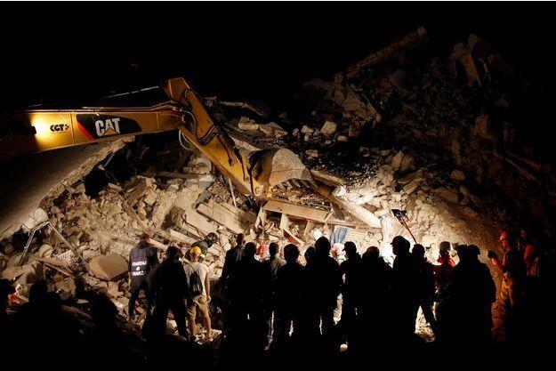 A Pescara del Tronto, en Italie, les sauveteurs ont aussi travaillé dans la nuit de mercredi à jeudi.