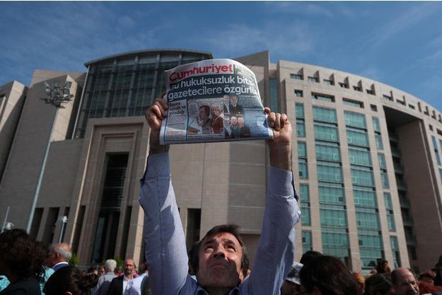 Un homme brandit un numéro du Cumhuriyet lors d'une manifestation à Istanbul, en septembre 2017.