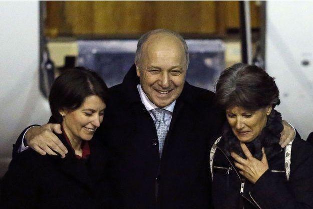Claudia Priest, sa fille et Laurent Fabius, dimanche soir à l'aéroport.