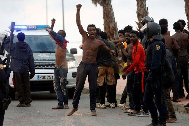Des migrants ont passé la haute barrière de Ceuta