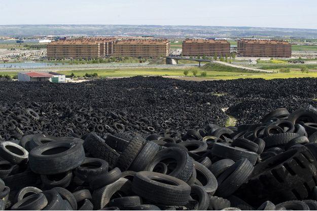 Seseña, à 35kilomètres de Madrid: 13500 appartements neufs devaient accueillir 40000 habitants. Ils sont vides, bons à jeter, comme ces pneus dans la plus grande décharge d'Europe.