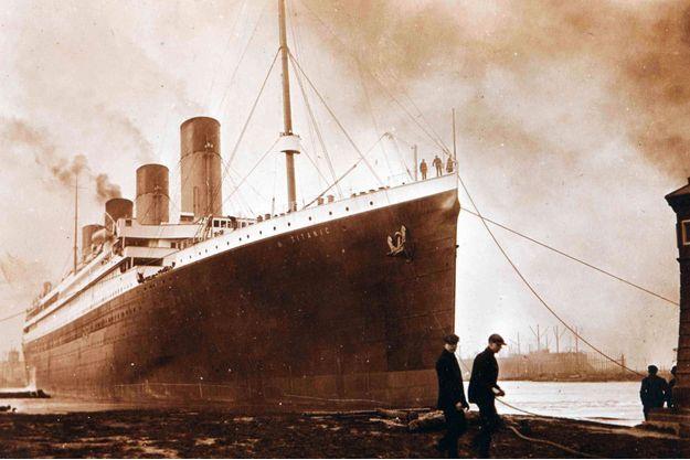 Sur le côté de la coque du Titanic, une longue trace noire est visible.